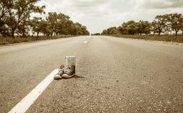 Espadrilles sur la route Image stock