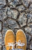 Espadrilles sur la terre à sécher Photo libre de droits