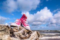 Espadrilles sur le bord de la mer Photographie stock