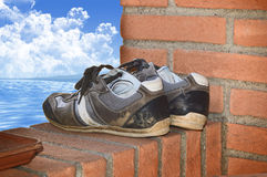 Espadrilles sur le mur Photos stock
