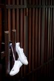 Espadrilles sur le mur en bois Image libre de droits