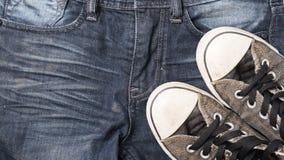 Espadrilles sur le pantalon de treillis Image libre de droits