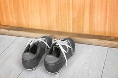 Espadrilles sur le plancher à l'intérieur Images stock