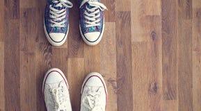 Espadrilles sur le plancher en bois Photos stock