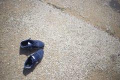 espadrilles sur le sable de plage dans le jour d'été Photos libres de droits