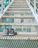Espadrilles sur les escaliers Fabrication de la première étape Image libre de droits