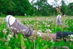 Espadrilles sur ses pieds Photographie stock libre de droits