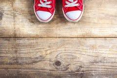 Espadrilles sur un plancher en bois Image libre de droits