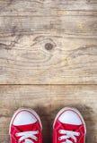 Espadrilles sur un plancher en bois Images libres de droits