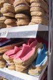 Espadrilles sur une boutique de calage Image stock