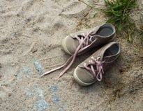 Espadrilles sur une plage Photo stock