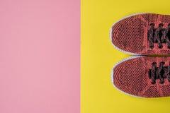 Espadrilles sur une vue supérieure de fond jaune et rose Photo stock