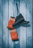 Espadrilles utilisées par textile noir et gants de boxe en cuir rouges Image libre de droits