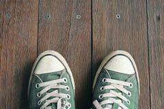 Espadrilles vertes d'une vue aérienne sur les planchers en bois Vue supérieure Photos stock