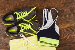 Espadrilles vertes, shorts et soutien-gorge de sport Photographie stock libre de droits