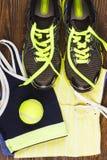 Espadrilles vertes, shorts et soutien-gorge de sport Image libre de droits