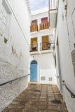 Espagnol, architecture et rues des fleurs blanches à Marbella A Photographie stock