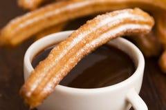 Espagnol Churros de Deliciuos avec du chocolat Photos stock