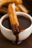 Espagnol Churros de Deliciuos avec du chocolat Image stock