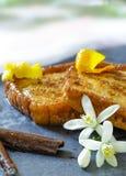 Espagnol traditionnel torrijas (pains grillés français) Dessert de semaine sainte Images stock