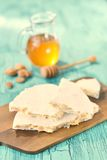 Espagnol traditionnel Turon, un plat doux avec du miel et des amandes Photos libres de droits