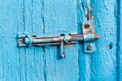 Espagnolette sur la porte peinte vieux par bleu Images stock