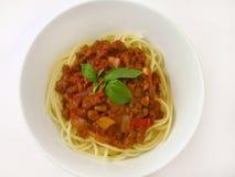 Espaguete Bolognaise com manjericão fotografia de stock royalty free