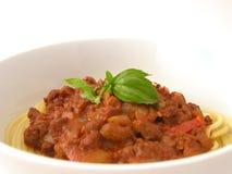 Espaguete Bolognaise com manjericão fotos de stock