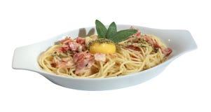 Espaguete Carbonara com yolk e sábio imagens de stock royalty free