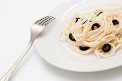 Espaguete com azeitonas pretas Imagem de Stock Royalty Free