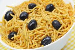 Espaguete com azeitonas pretas Fotografia de Stock Royalty Free