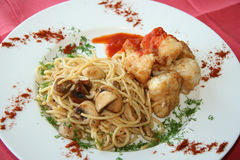 Espaguete com carne e cogumelos Imagens de Stock Royalty Free