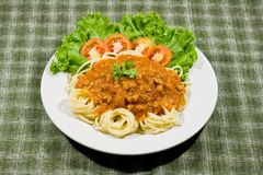 Espaguete com molho de tomate e persil Fotos de Stock Royalty Free