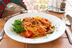 Espaguete com um molho de tomate em uma tabela no café Imagens de Stock Royalty Free