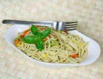Espaguete do vegetariano com sweetcorn e cenouras Imagens de Stock Royalty Free