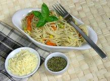 Espaguete do vegetariano com sweetcorn e cenouras Foto de Stock