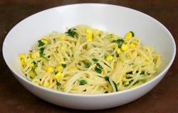 Espaguete do vegetariano com sweetcorn e espinafre Fotos de Stock