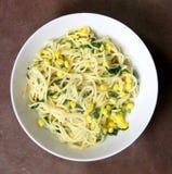 Espaguete do vegetariano com sweetcorn e espinafre Imagem de Stock Royalty Free