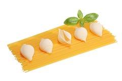 Espaguete e conchiglie com manjericão foto de stock royalty free