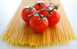 Espaguete e tomate crus Fotografia de Stock Royalty Free