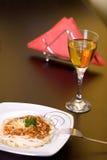Espaguete e vinho na tabela Foto de Stock