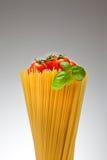Espaguete, manjericão, tomates Imagem de Stock