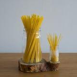 Espaguete no frasco de vidro Fotografia de Stock Royalty Free