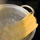 Espaguete que ferve em uma bandeja do metal Foto de Stock Royalty Free