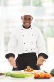Espaguetes africanos do cozinheiro chefe Imagem de Stock Royalty Free