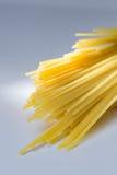 Espaguetes amarelos crus Imagens de Stock