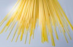 Espaguetes amarelos crus imagem de stock