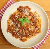 Espaguetes Bolognaise com queijo parmesão Fotos de Stock