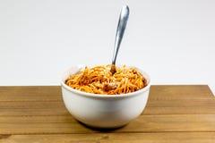 Espaguetes Bolonhês em uma bacia branca profunda na mesa de cozinha de madeira que espera para ser comido imagens de stock royalty free
