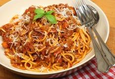 Espaguetes Bolonhês na bacia da massa Foto de Stock